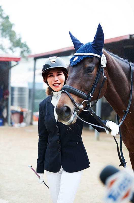 迷上騎馬的斯容,花了新台幣250萬元買了一隻馬,大部分空閒時間都給了「馬男友」。(圖/東森購物提供)