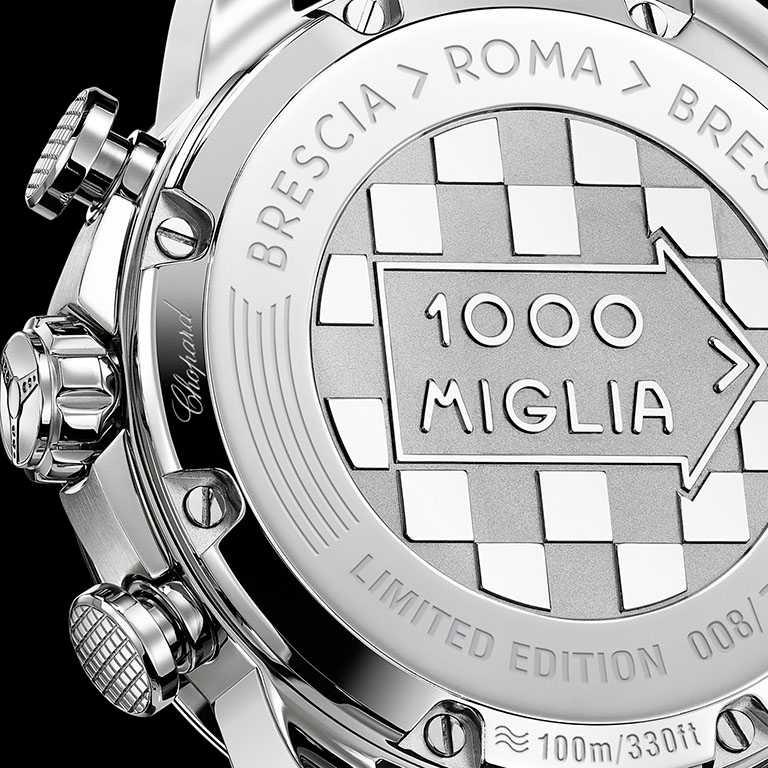 CHOPARD「Mille Miglia GTS Azzurro計時碼錶」錶底蓋上方飾有Mille Miglia箭頭的黑白方格旗幟圖案,邊緣鐫刻賽事標語和獨立限量編號。