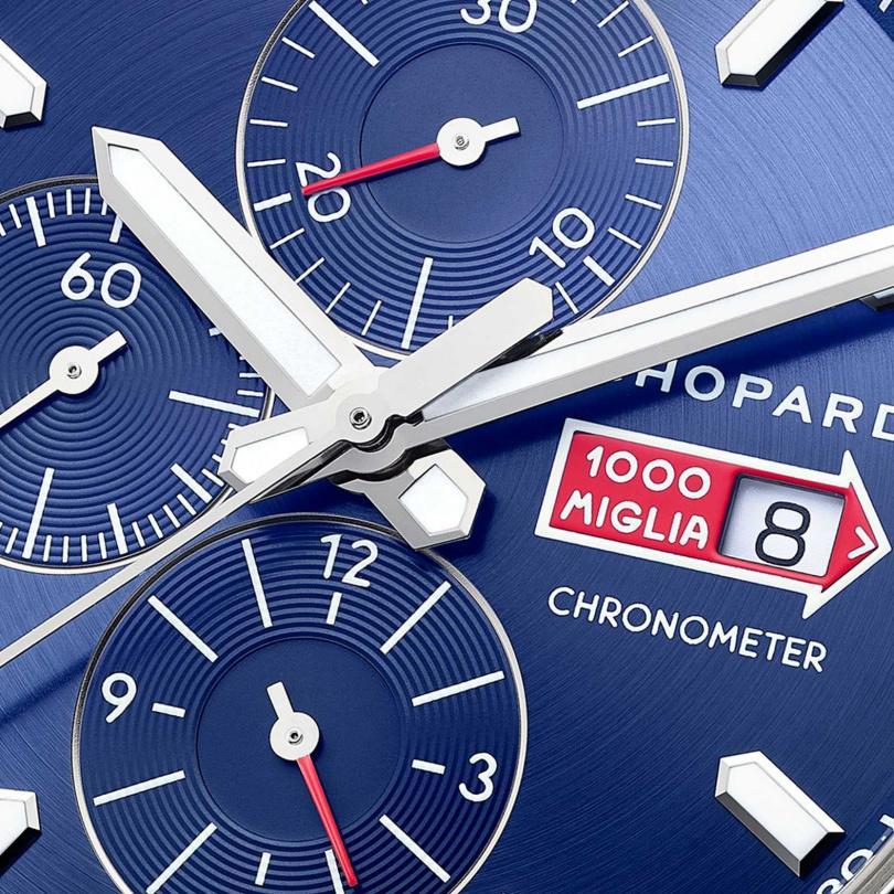 CHOPARD「Mille Miglia GTS Azzurro計時碼錶」錶面備有鍍銠紅色針尖中央秒針;時、分、小秒顯示;30分鐘和12小時計時盤;3時位置設日曆顯示窗;測速計。