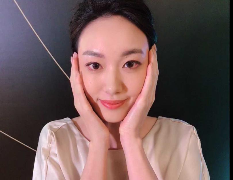 舒緩: 雙手平放在臉上,使整個臉部肌膚被手心包覆著,完成居家按摩。(圖/黃筱婷攝影)
