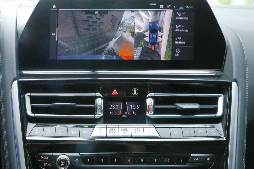 10.25吋觸控螢幕,搭配最新世代iDrive 7.0系統與智慧語音助理,輕鬆掌握重要行車資訊。(圖/王永泰攝)