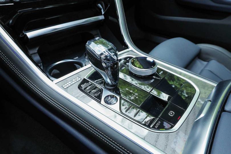 水晶材質的排檔桿頭,與BMW其他較高階的車款一致。(圖/王永泰攝)