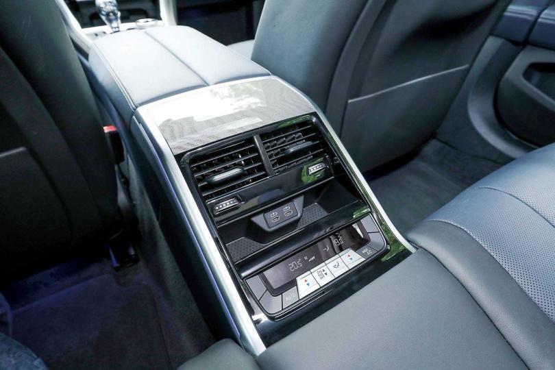 後座採「類獨立座椅」設計,配備雙空調出風口,比較適合兩人乘坐。(圖/王永泰攝)