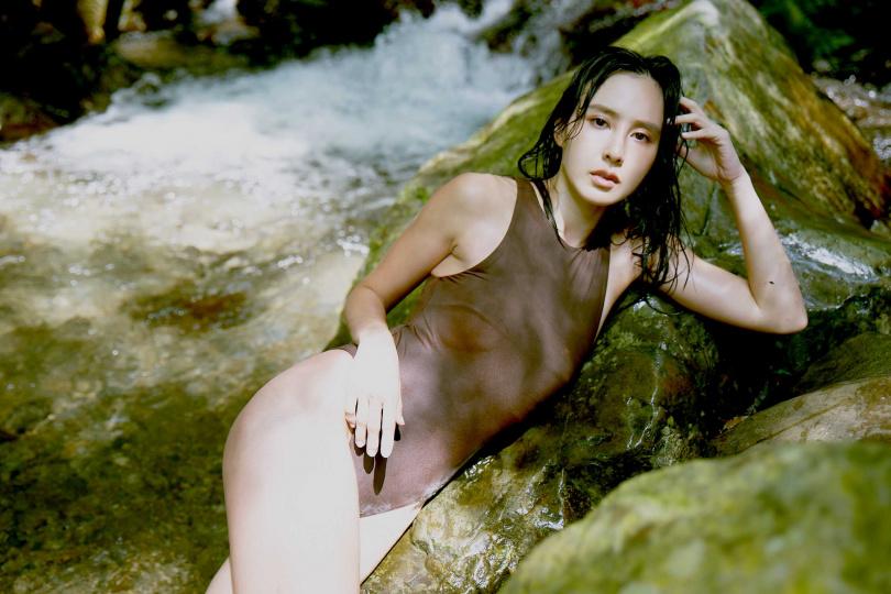 房思瑜濕身融入野溪,身材曲線一覽無遺。(圖/TVBS提供)
