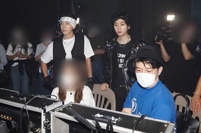 神童(右)跨刀擔任D&E新歌The stage舞台導演。