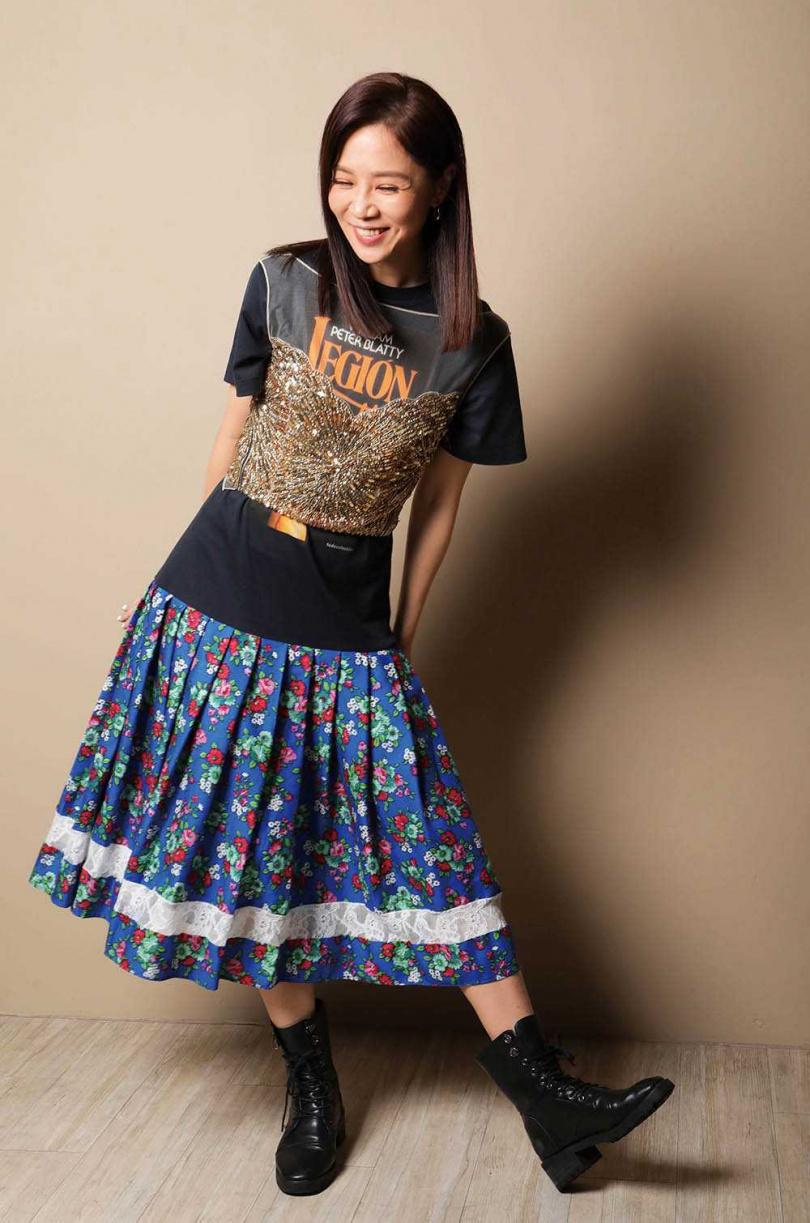 專訪時,謝盈萱跳脫片中灑脫多情女的角色,擺出俏皮可愛的動作展現自我。(圖/施岳呈攝)