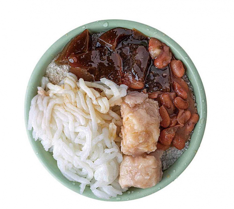 「綜合刨冰」內含米苔目、粉粿、花豆及芋頭,是店家最推薦的組合。(45元)(圖/林士傑攝)