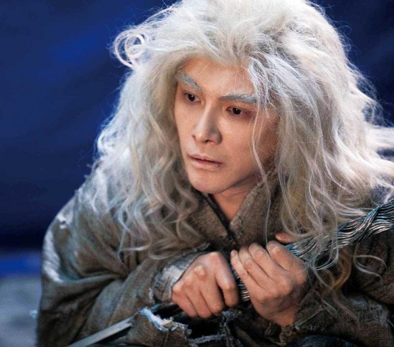 在古裝陸劇《天醒之路》中,謝佳見穿爛衣又一頭亂髮,打破俊帥形象。(圖/藝和創藝提供)
