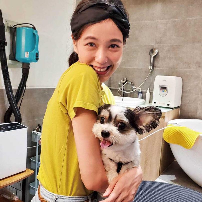 為飾演寵物美容師,辛樂兒特別向朋友商借狗狗羅根合作演出。(圖/七十六号原子提供)
