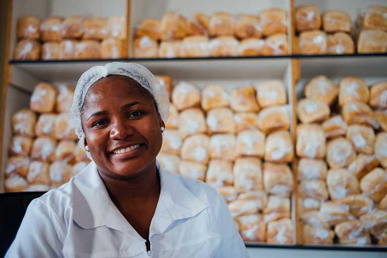 DE BEERS「建設永恆」階段性目標,預定2030年底前能在南非幫助超過10,000名的女性微型創業家。(圖╱DE BEERS提供)