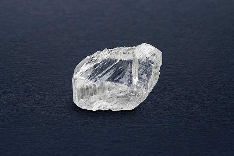 產自加拿大的鑽石原石常被稱為「冰下火焰」,此顆64.94克拉鑽石原石正是其中典範之一。(圖╱DE BEERS提供)