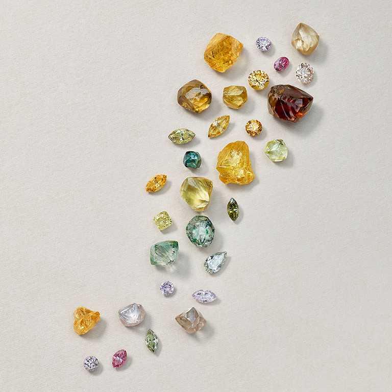 DE BEERS彩色鑽石原石與拋光美鑽。(圖╱DE BEERS提供)