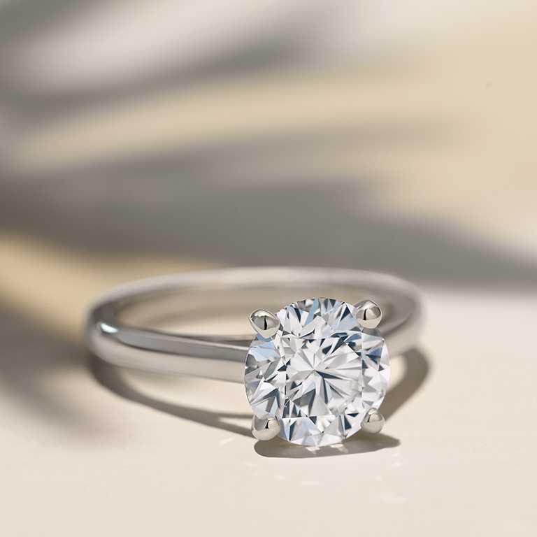 DE BEERS「DB Classic」高級珠寶鉑金鑽石戒指,中央主鑽採用「The 1888 Master Diamonds」系列的15.07克拉圓形明亮式切割鑽石。(圖╱DE BEERS提供)