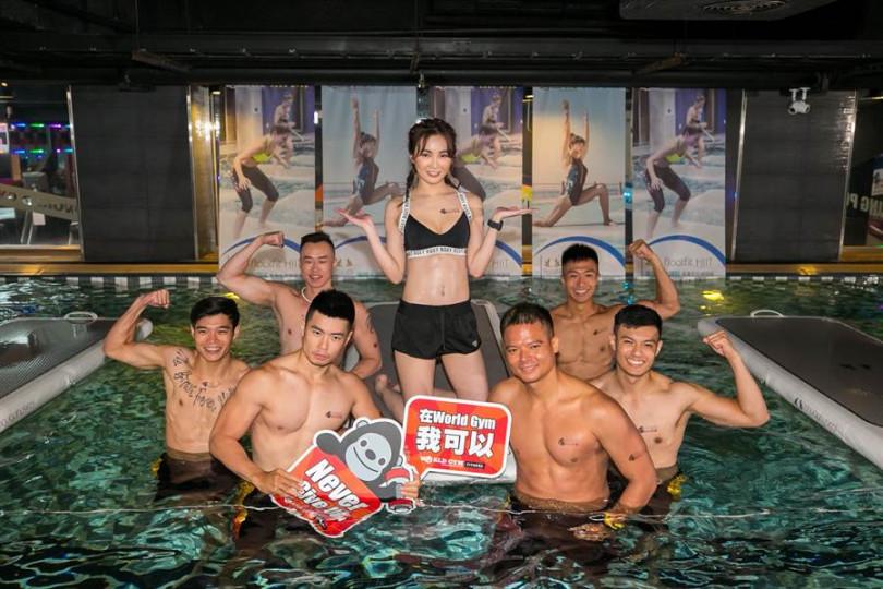 舒子晨與眾猛男一同體驗水上漂浮健身課程。(圖/World Gym)