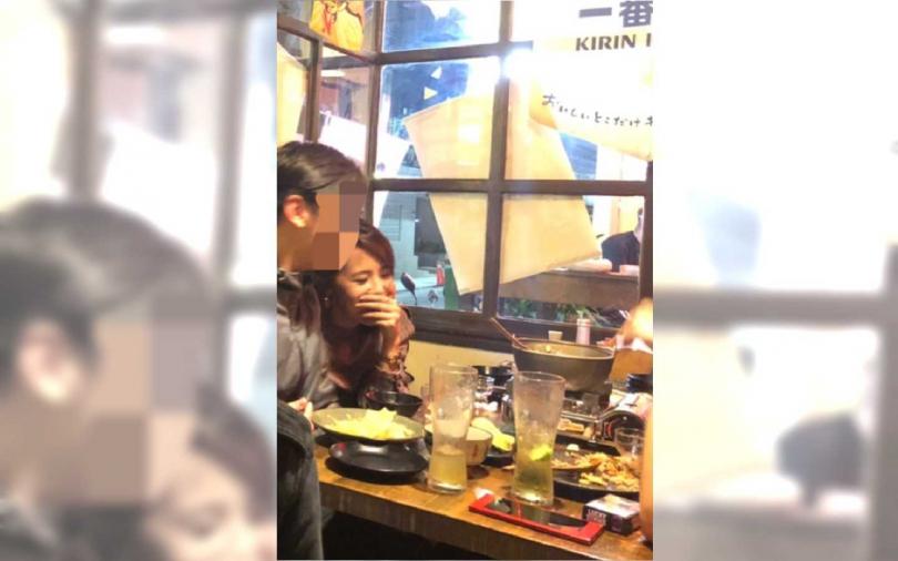華視主播朱培滋開心和朋友吃飯。(圖/讀者提供)