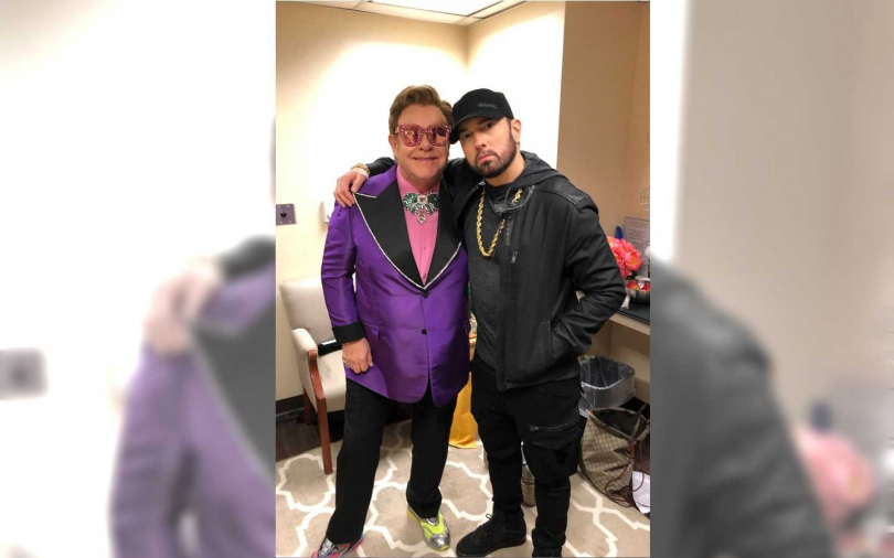 艾爾頓強(Elton John)和阿姆(Eminem)同為奧斯卡的表演嘉賓,在後台碰面來張合照(不知道右下的Gucci包,是他們哪一位的?) (圖/翻攝自Twitter)