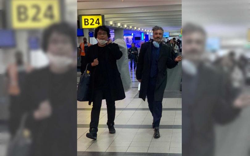 《寄生上流》導演奉俊昊(左)和《兔嘲男孩》的導演塔伊加維迪提(Taika Waititi)也非常關心武漢肺炎疫情的狀況,而且看似還是戴非常專業的N95口罩呢!(圖/翻攝自Twitter)