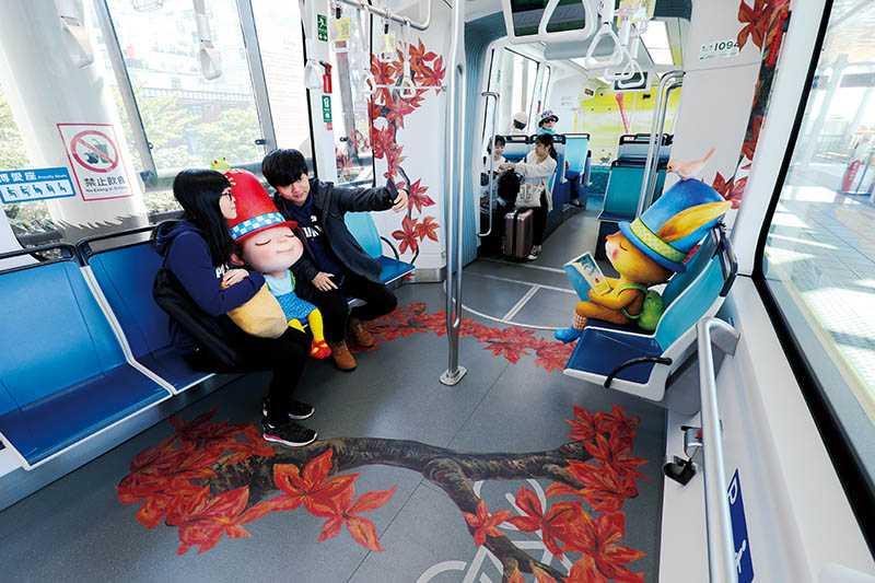 幾米主題列車內外皆漆上可愛的插畫,旅客還可與繪本主角做成的真人比例娃娃比鄰而坐,彷彿置身童話世界。(圖/于魯光攝)