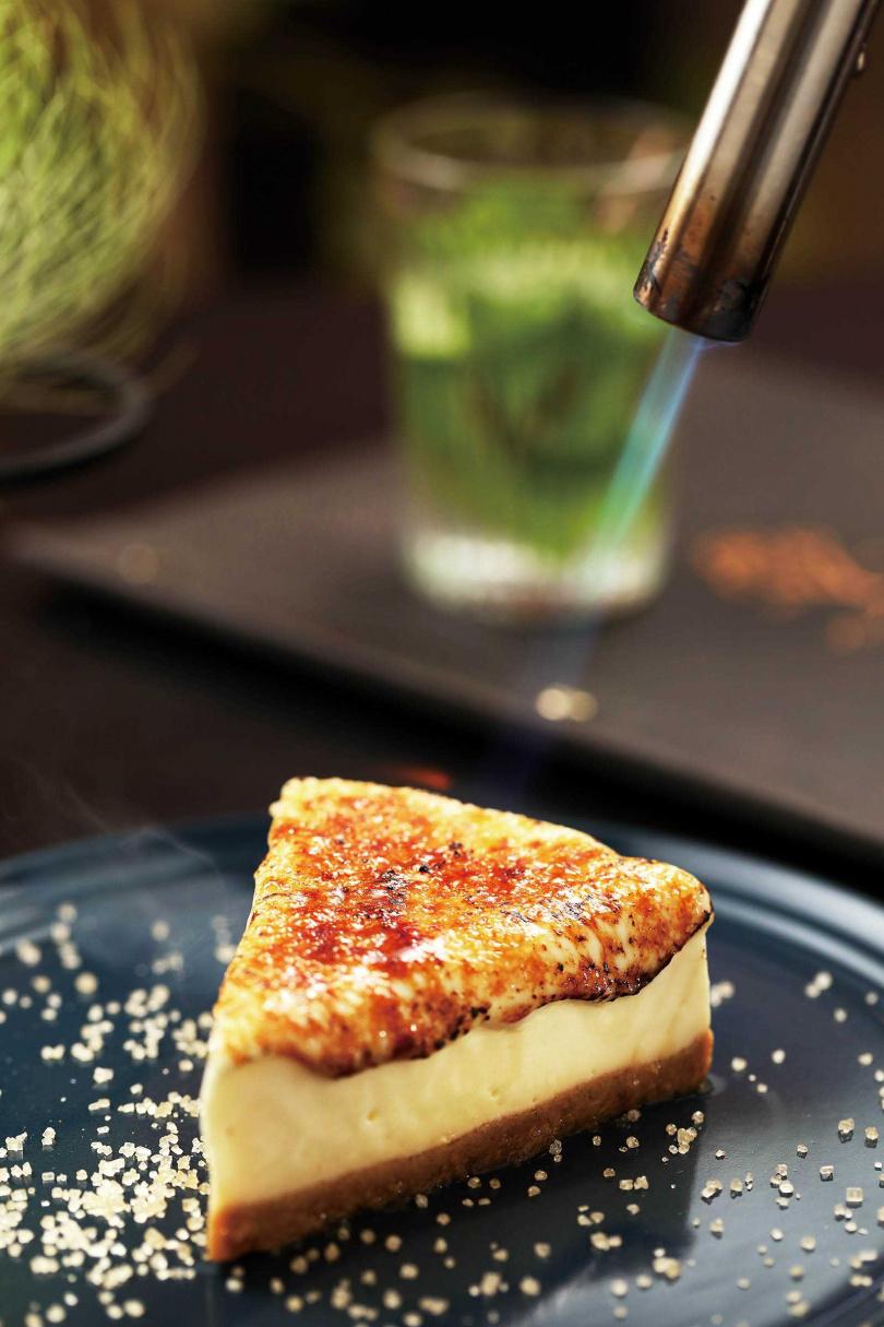服務人員會在桌邊炙烤「炙燒乳酪蛋糕」,讓上頭的黃焦糖如瀑布般垂瀉,也讓口感更綿滑。(180元)(圖/于魯光攝)