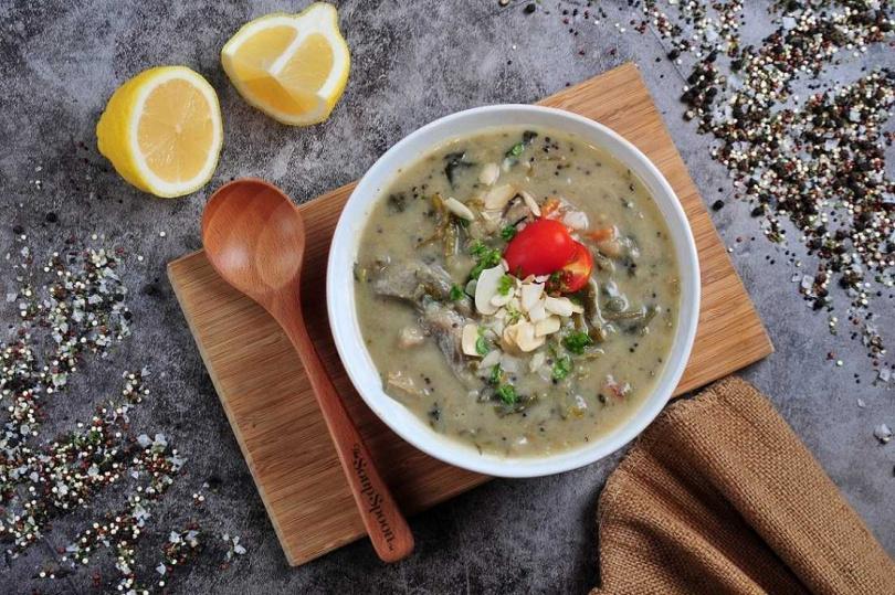 「青咖哩藜麥湯」加入多款新鮮蔬菜、豆腐及藜麥增加飽足感。(圖/The Soup Spoon匙碗湯提供)