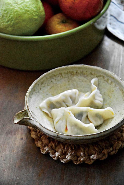 有蝦有菜的「薺菜蝦仁餃」,口感飽滿、油潤可口。(圖/游惠玲提供)