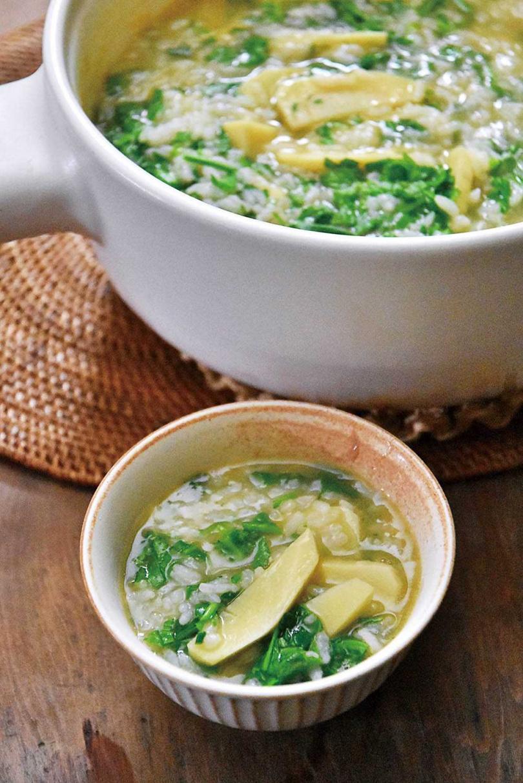 結合當季筍芽和薺菜,一同熬煮而成的「薺菜芽筍粥」。(圖/游惠玲提供)