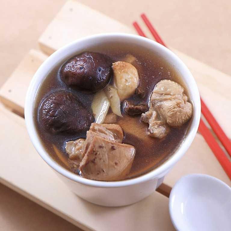 黑蒜香菇燉雞湯,以高營養價值、帶有獨特香氣的黑蒜,與口感紮實、燉後不柴的半土雞腿肉,加入老薑等食材一同燉煮,湯頭濃郁,是養生湯品。(180元)