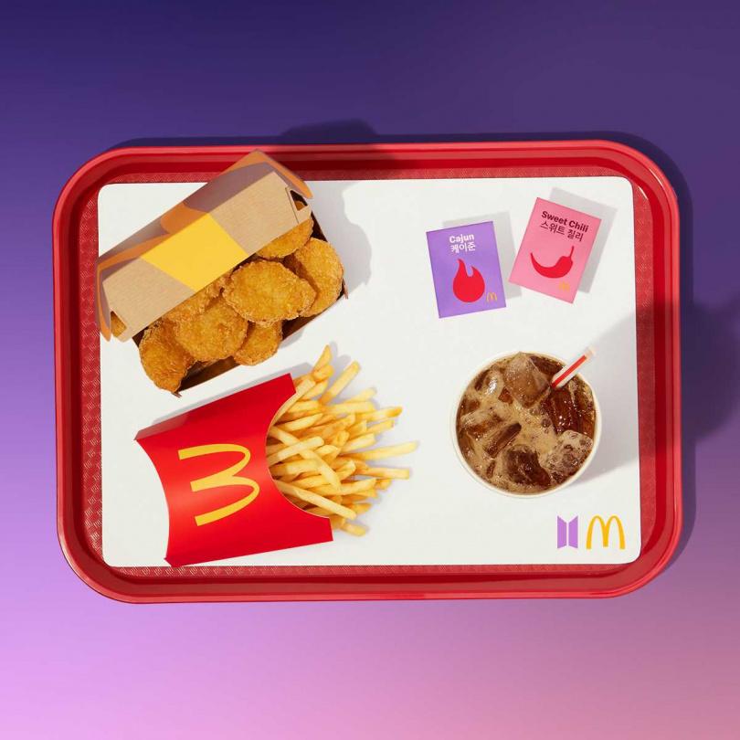 「THE BTS MEAL」主要有10塊麥克鷄塊、中份薯條、中杯冷飲,以及韓國直送的甜辣醬與肯瓊醬,售價為155元。