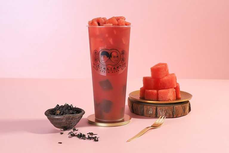 西瓜烏龍,嚴選花蓮盛產香甜大西瓜,果肉製成西瓜果丁,加入琥珀色的荔香烏龍茶湯,十分消暑。(70元)