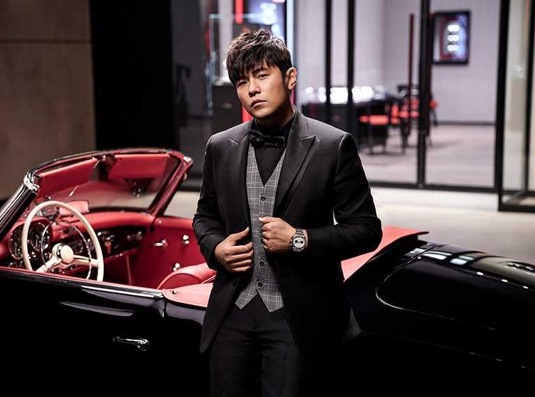 周杰倫佩戴TUDOR「Black Bay Chrono碧灣計時」型腕錶,蛋白色面盤、鉚釘鋼鍊款╱165,000元。(圖╱TUDOR提供)