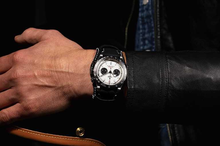 TUDOR「Black Bay Chrono碧灣計時」型腕錶,蛋白色面盤、黑色皮帶款╱155,000元。(圖╱TUDOR提供)