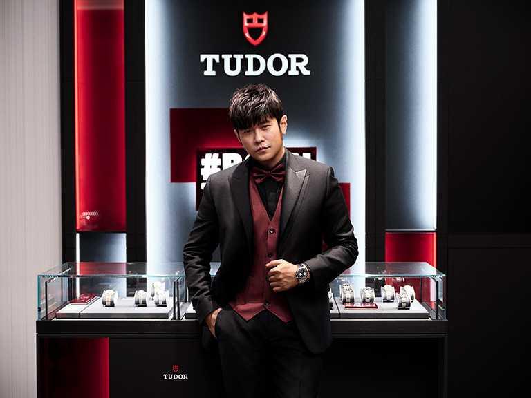 TUDOR「Black Bay Chrono碧灣計時」型腕錶,啞黑色面盤、鉚釘鋼鍊款╱165,000元。(圖╱TUDOR提供)