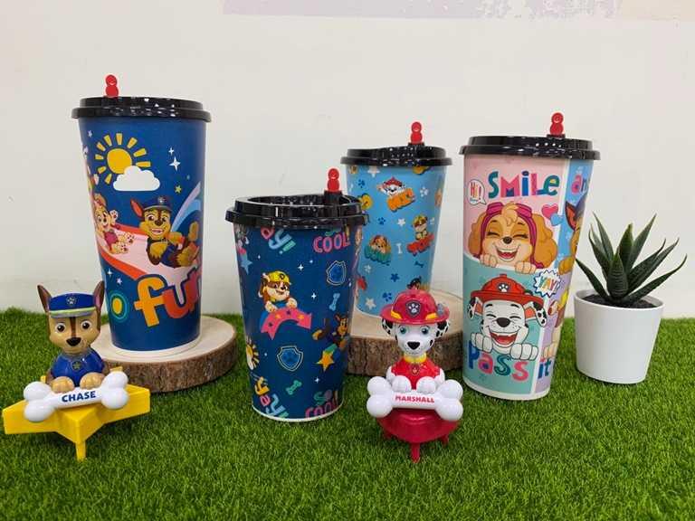 同步推出四款主題蛋糕盒和飲料杯,上面都有可愛的汪汪隊圖案。
