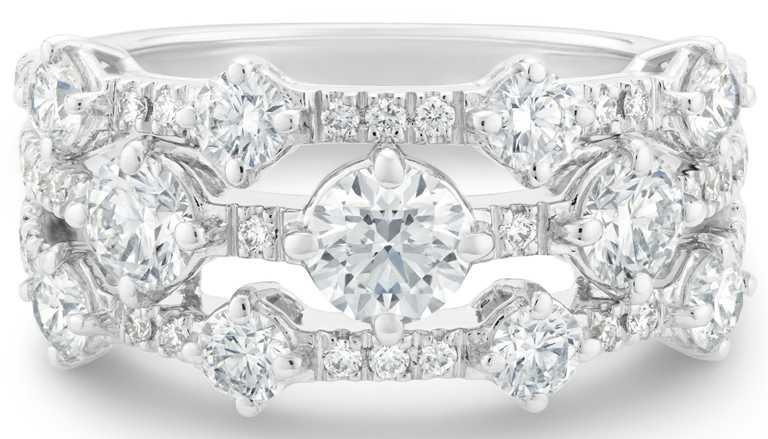 DE BEERS「Arpeggia」系列高級珠寶,18K白金三行鑽石戒指441,000元。(圖╱DE BEERS提供)