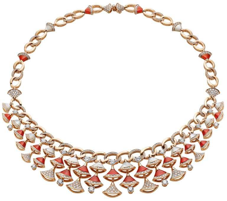 BVLGARI「Divas' Dream」系列,玫瑰金珍珠母貝、紅玉髓與鑽石項鍊,玫瑰金項鍊,鑲嵌20顆總重3.33克拉的圓形明亮切割鑽石、23顆花式切割紅玉髓、14顆珍珠母貝與總重5.22克拉的密鑲鑽石╱10,200,000元。(圖╱BVLGARI提供)
