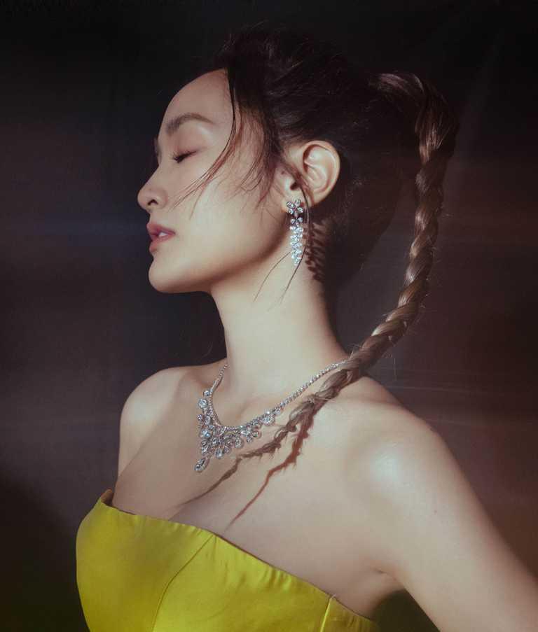 王淨佩戴CHAUMET「Josephine」系列高級珠寶作品,擔任金鐘56頒獎嘉賓。(圖╱CHAUMET提供)
