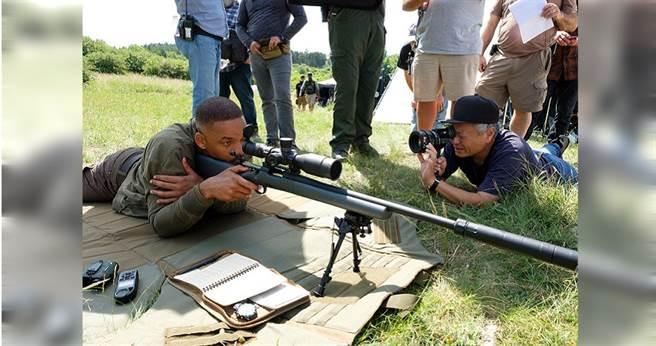 李安(右)與威爾史密斯在電影拍攝現場。(圖/UIP 提供)