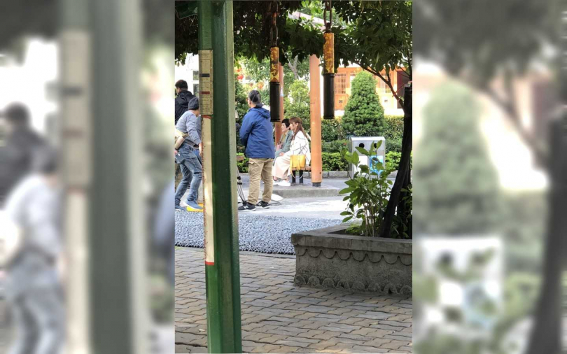 苗可麗和劇中媳婦林昀希在公園拍片。(圖/讀者提供)