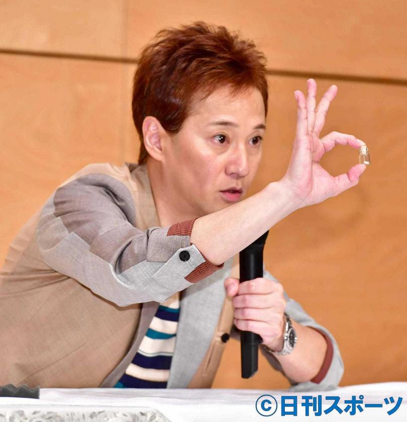 中居正廣在記者會上秀出強尼喜多川遺骨。(圖/翻攝nikkansports)