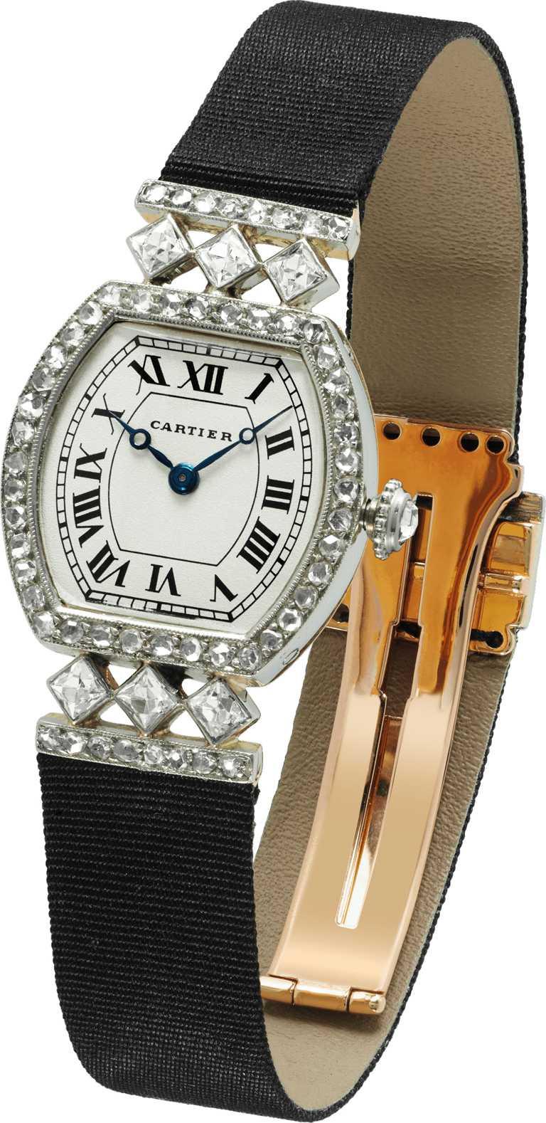 Cartier「Cartier Tradition古董珍藏系列」TORTUE腕錶╱卡地亞倫敦,1919年;白金、黃金與玫瑰金、鑽石╱3,390,000元。(圖╱Cartier提供)