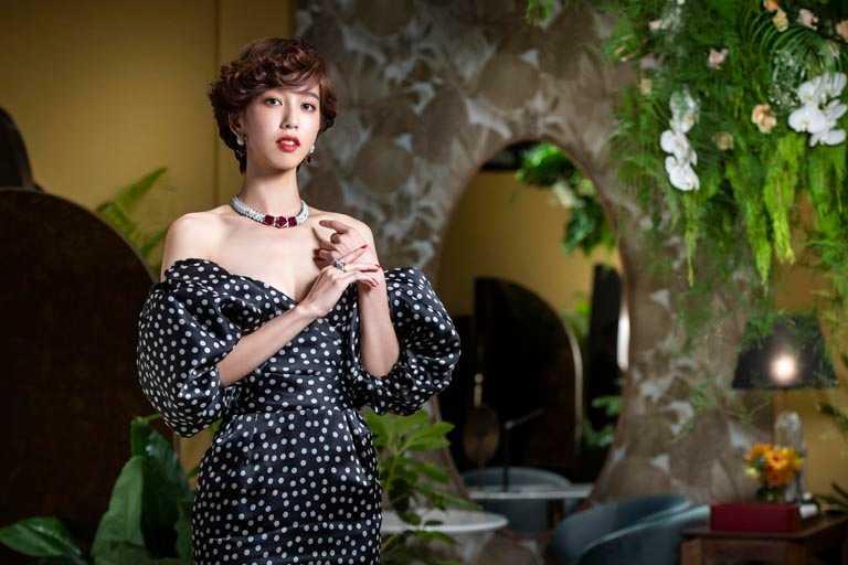 卡地亞品牌大使陳庭妮,佩戴紅碧璽搭配黑色縞瑪瑙的Cartier「LAKSMI系列」作品,演繹當代女性獨立風貌。(圖╱Cartier提供)