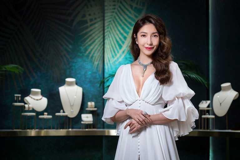 「戲劇女王」楊謹華,佩戴Cartier「ACHERNAR系列」藍寶石串珠項鍊,綻放璀璨光芒。(圖╱Cartier提供)