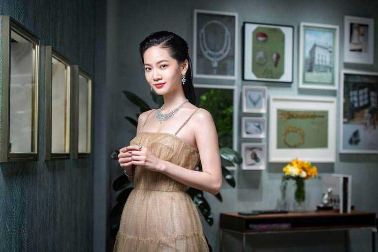曾之喬佩戴Cartier「Pluie de Cartier系列」鑽石耳環、項鍊及手鍊,自在流露優雅姿態。(圖╱Cartier提供)