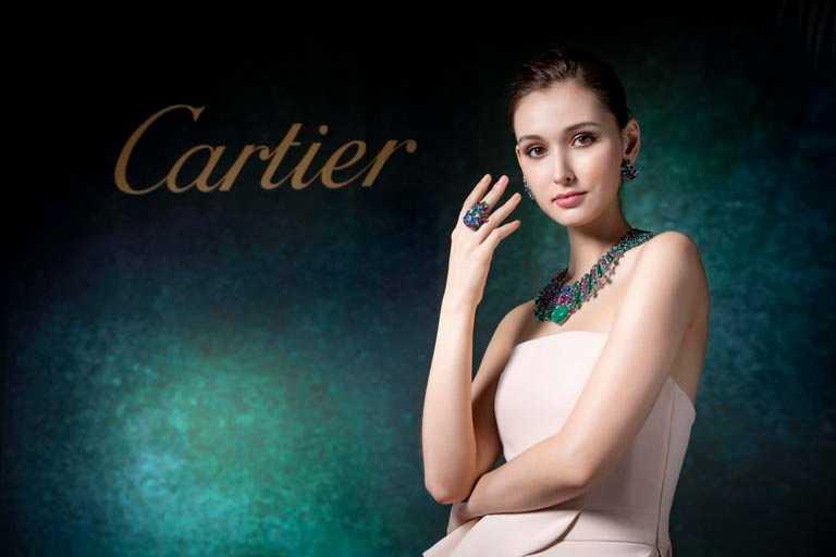 模特兒佩戴Cartier「Tutti Frutti水果錦囊系列」MAHABALI項鍊、耳環及戒指,彰顯高貴典雅。(圖╱Cartier提供)