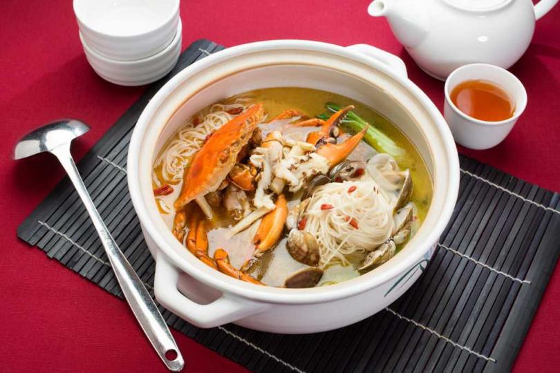 國賓川菜廳「麻香沙公佐麵線」吸飽香氣與沙公甘美精華。(圖/國賓大飯店提供)