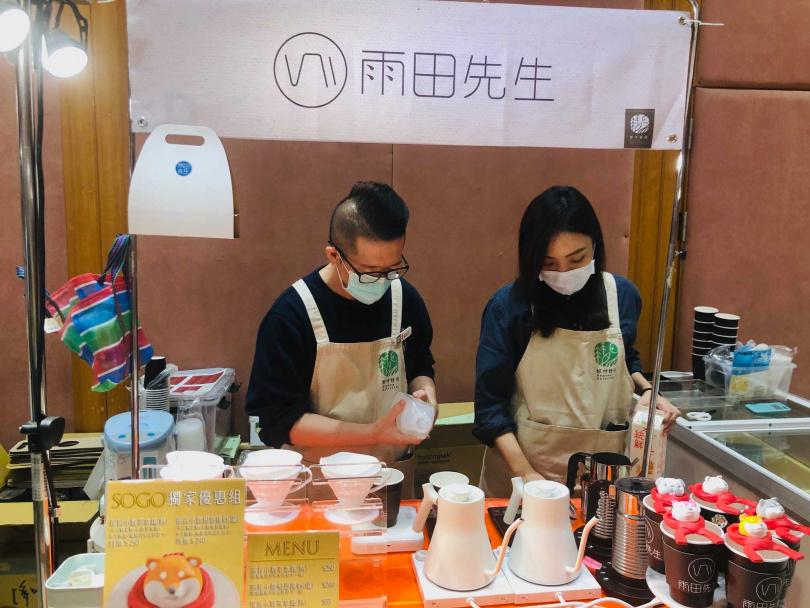 雨田先生現點現做小農茶拿鐵。(圖/余玫鈴攝)
