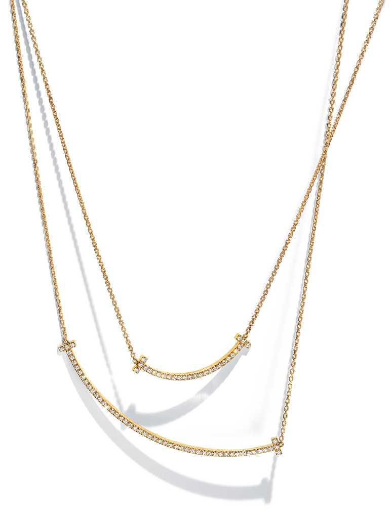 TIFFANY & CO.「Tiffany T Smile」系列,黃金鑲鑽項鍊╱(中型款)180,000元;(大型款)286,000元。(圖╱TIFFANY & CO.提供)