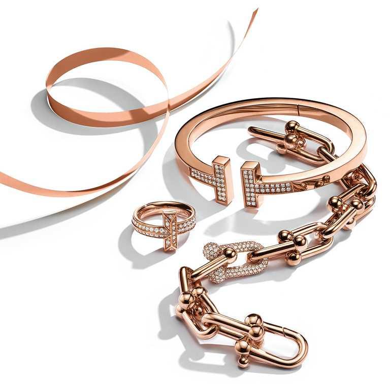 TIFFANY & CO.「Tiffany T」系列、「Tiffany HardWear」系列,18K玫瑰金鑲鑽手環與戒指╱194,000元起。(圖╱TIFFANY & CO.提供)