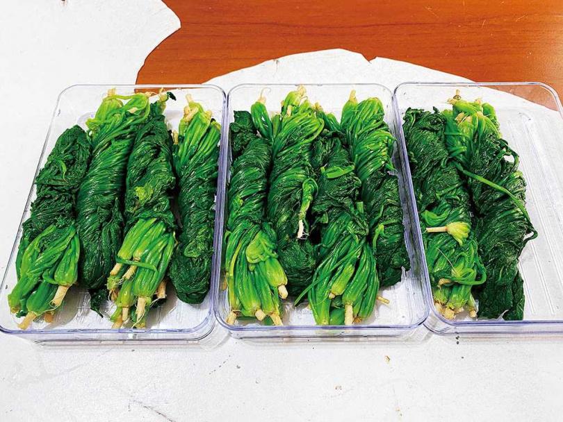 殺青、擠乾水分的薺菜捆好,可冷凍起來方便保存。(圖/初聲怡提供)