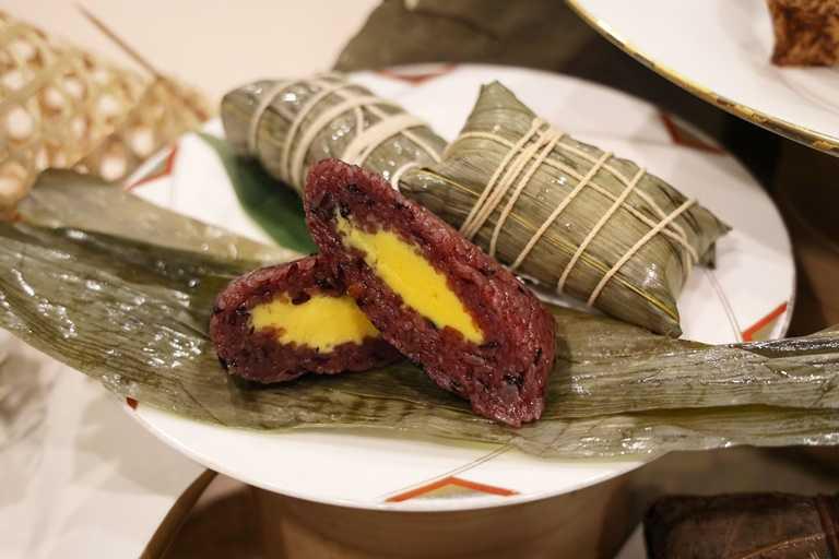 「紫米榴槤甜心粽」以紫米包入榴槤,充滿南洋風味。